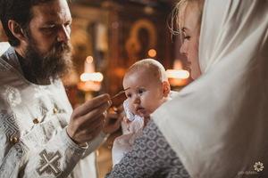 Миропомазание, то есть нанесение изображения креста на лоб верующего